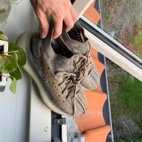 Der er enkelte pletter på blandt andet sålen og snørebåndene, men det er ikke noget en vask ikke vil tage af :)  Skoene har blot 2 måneders brug på bagen - ingen flaws blot pletter, der, som sagt, sagtens kan gå af i vaskemaskinen.