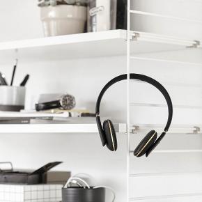 KREAFUNK HOVEDTELEFONER 🌼🐠👒👅🌈🥳🌸☀️🍒🍭🎨  Brugt maks 5 gange<333 Sort med messing Kreafunk høretelefoner.