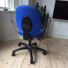 Blå kontorstol. Fejler intet
