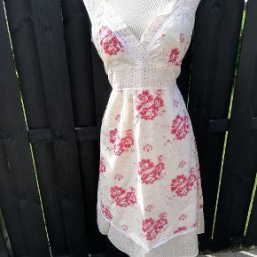 Aldrig brugt - fejler intet men jeg har bare en meget stor barm og så bliver kjolen for lille.
