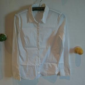 Hvid faconsyet skjorte, str L fra Vero Moda. Har lidt stretch-kvalitet i sig. Brugt meget lidt, så i fin stand.