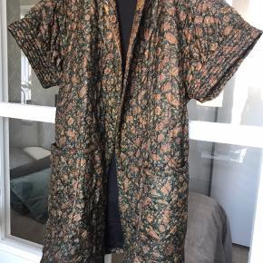 Fineste kviltede vest / jakke med bindebælte.  Fra Ellies and Ivy. Smukkeste print. Silke. Brugt få gange.  Nypris 2400.  Køber betaler Porto og gebyr.