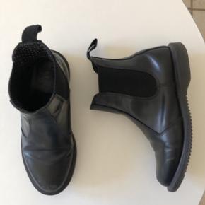 Dr. Martens støvler, i modellen flora. God stand, str. 37.  Mine egne ses på billede 2 Byd!