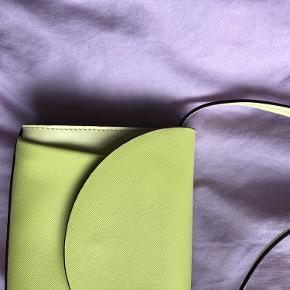 Den smukkeste taske fra Marni i det ikoniske safferano læder. Den er købt i Nué på Gammel Kongevej. Tasken kan også bruges som bæltetaske, da remmen er aftagelig og bælte medfølger. Den er aldrig brugt og dustbag medfølger naturligvis. Nyprisen var 7600kr.   Jeg bytter ikke. Alle pakker sendes med DAO, med mindre andet er aftalt. Tasken kan også afhentes på Frederiksberg.    Husk også at se mine andre annoncer, da jeg sælger stort ud i øjeblikket 🍋