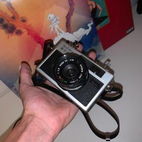 Ricoh 500 G Rangefinder kamera med en blænde på f2.8. Fra 1972  Kameraet tager 35mm film Etui medfølger
