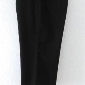 Super lækre elegante sorte knickers fra Inwear. Str 40. Uld, polyester mm. Måler ca 50 cm i indvendig benlængde. Og ca 88 cm i livet. Dejlige lommer. Fine detaljer med velour bånd og knapper. Kun haft på to gange.  Klassiske og meget anvendelige. Kan bruges både til hverdag og til fest. Perfekt til årstiden med flotte nylonstrømper. 200,- pp med Dao og mobilepay Sender hurtigt