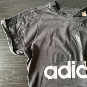 Mærket er klippet ud, det er en str. xs men fitter som en str small som adidas t-shirts ofte gør   Giver rabat ved køb af flere ting  Bundle discount