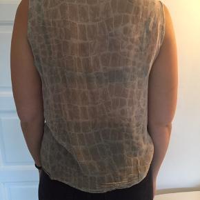 Vintage top med mønster i silke. Let gennemsigtig