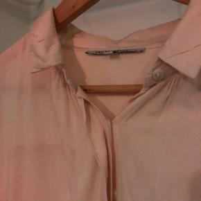 Smuk, tynd skjorte med ærmer ala flagermusærmer (sidder ikke til i armhule)