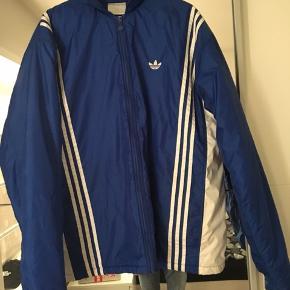 Vintage Adidas jakke, den er super til det kolde vejr vi går i møde!   Byd
