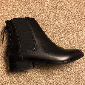 Sorte læder støvler fra Aldo str 36 med flet bagpå ved hælen.  Aldrig brugt.   Np 1000
