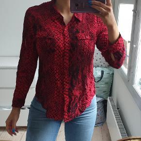 Rød skjorte med sort mønster Str small Den er brugt to gange, fremstår flot jeg er 171cm høj  den sælges for 180kr eller 217,50kr inkl fragt med DAO
