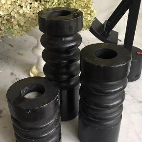 3 flotte og skulpturelle lysestager i sort marmorsten. Sælges samlet og skal afhentes i 2800.
