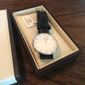 Daniel Wellington ur med sølv skive og sort læderrem. Nypris 1000kr. Byd gerne.