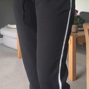 Bukser med fin glimmer stribe på siden. Aldrig brugt, ny pris 400  I er mere end velkommen til at skrive for flere billeder og give et bud📷 ~ Julie🌿