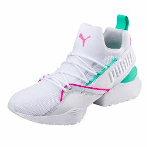 Nye sneakers sælges da de er for små. Er gået med i en times tid på asfalt men står som nye.