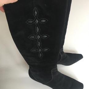 Varetype: Støvler Farve: Sort  Smuk ruskind med lille feminin hæl.  Brugt ganske kort - eneste brugsspor er under hælen.  DAO porto