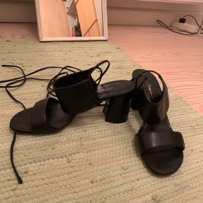 Flotte højehælede sandaler med snøre fra 3.1 Philip lim.  Nypris 3000kr.  Jeg har brugt dem et par gange.  Skriv endelig for flere billeder og detaljer.   Kom med et bud :-)