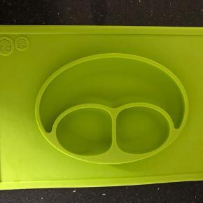 """Silikone """"tallerken"""" fra EZ PZ - så baby ikke kan smide tallerkenen på gulvet.   Sender ikke."""