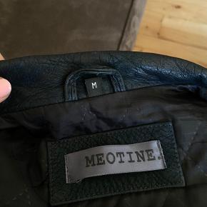 Jeg sælger denne lækre Meotine jakke i en str M, som jeg har brugt en del gange. Der er ingen skader på jakken hverken inden i eller uden på. Men man kan selvfølgelig se på jakken at den er blevet brugt, dog ser det kun federe ud, synes jeg. Jakken er perfekt til efteråret og det vejr vi går imøde nu.