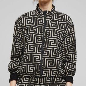 Flot jakke fra Weekday, den er brugt få gange og fejler intet. Der er en flot sort/beige mønster på den. Nyprisen er 500kr