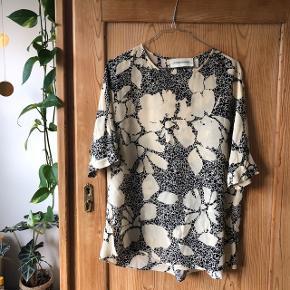Smuk bluse fra Malene Birger. Brugt meget lidt.   - 100% Silke  - str 36 - slids på ryggen  #trendsalesfund