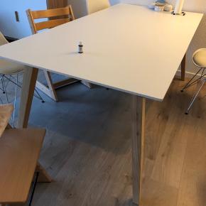 Fint spisebord (med få brugsskader) sælges. Der medfølger to tillægsplader, så man sagtens kan sidde 5 på hver side af bordet.
