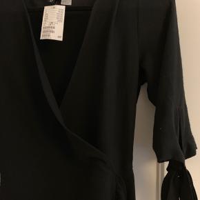 Slå om kjole, aldrig brugt, kun prøvet på. Sælges da den ikke bliver gået med. Nypris var 179kr. BYD gerne, køber betaler fragt hvis den skal sendes