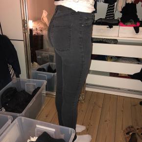 str 27/32 Cheap monday sorte jeans lille mini begyndende hul ved lommen bagpå se billeder