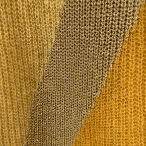 Munthe strik med guldstribe. Brugt 2-3 gange og er passet rigtig godt på. Den fremstår i en flot stand.  Kan sendes med DAO eller afhentes i Herning.