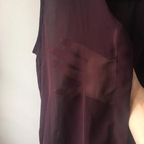Fin mørklilla skjortebluse i semitransparent stof.  Kun prøvet på.