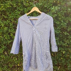 Tunika / lang skjorte fra CHA-CHA , med striber .   🙌 Jeg kan mødes og handle i bl.a. Holbæk, Tølløse, Roskilde og København.   🌻 Se gerne mine andre annoncer, der er meget forskelligt.   🔎 Andre søgeord:  Stribet , knapper