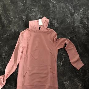 Jeg sælger denne hoodie/hættetrøje med dens flotte farve, str. s.  Aldrig brugt.  Byd!