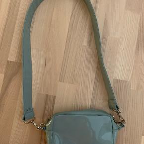 Hvisk taske med slid, men rem i perfekt stand. Misfarvninger i bunden som kan ses på sidste billede. Rem i siden ved at gå løs, er forsøgt syet på igen.