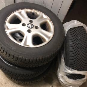 Michelin 195/65 R 15 Vinterdæk sælges.  De er næsten nye.   Fælge er af ældre dato.   De har tidligere siddet på en: Peugeot 406