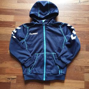 Lækker zip hoodie fra Hummel, ikke brugt ret neget, superfin stand. Har den også i str 130, se mine andre annoncer 😊