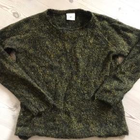 Flot strik sort/grøn med guldtråd. Brugt 3-4 gange og vasket på uldprogram.  pris. 😊