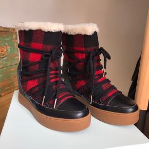 Mega fede støvle med kilehæl, til de kolde dage. Købte dem tilbage i januar, men fik dem ikke brugt.- Og har nu forelsket mig nogle andre, derfor sælges de.   NP 1099