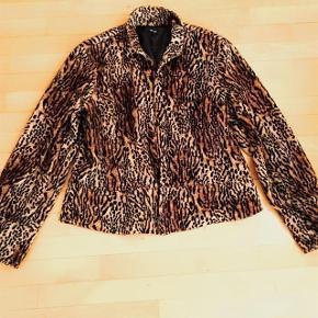 ZeZe lækker lun tigerstof jakke med lynlås str L.  Matr 100 % acryl.  Brystvidde ca 2x 56 cm længde ca 59 cm.