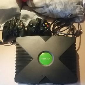 Toute première xbox 1 avec 2 manettes et le cable d'alimentation