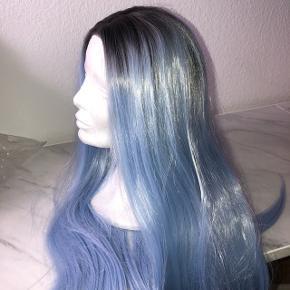 Lyseblå paryk (lace wig) - haft på 1 gang. Går lidt ned over brystet.   Syntetisk hår  Sender ikke. Overleveres efter køb.