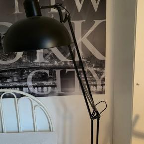 Sort metal arkitekt lampe. Det er en gulv lampe og kan måle op til 175 cm. Den fejler intet. Den er købt Sinnerup til 1000 kr for ca 2 år siden. Står i Frejlev.