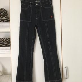 Sælger disse fede Ganni jeans:) Det er mørkeblå denim med hvide syninger. Det er en størrelse 36☺️