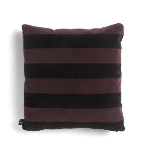 Smuk og lækker pude fra danske HAY.   HAYs nye Soft Stripe pudekollektion er en kollektion fyldt med skønne farver i lækker velour. De smukke puder passer i den moderne boligindretning og kan være med til at tilføre personlighed i hjemmet.  Brug de lækre puder i sofaen eller i sengen for at skabe et lækkert og stilrent look, som passer til dig og din stil. Med Soft Stripe puderne kan du nemt pifte dit hjem op og tilføje lidt farver.  Farve: Burgundy  Materiale: Puden er fremstillet i bomuld og indeholder fjer.  Mål: 50 x 50 cm