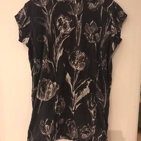 Smuk kjole med fint mønster. Rydder ud. Tryk køb nu!
