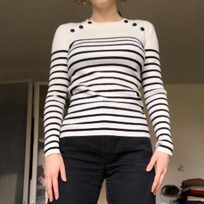 Denne trøje er blevet brugt ret meget, og har derfor lidt fnuller ved brystkassen, men det er ikke specielt tydeligt. Den sælges da jeg ikke får den brugt. Er åben overfor bud😊