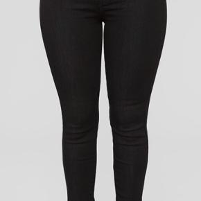 Købte en anden størrelse ved en fejl, aldrig brugt. De mest populære jeans fra Fashionnova. Størrelsen er en 7, som svarer til str. 40/Large i Danske størrelser.
