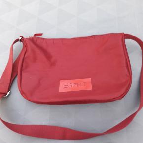 Rummelig taske. Et stort med lynlåsrum og telefonlomme.  40 × 25 × 10 cm.