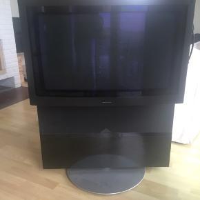 """Bang og Olufsen Beovision Avant 32"""" tv med video og motordrejesokkel. Div. ledninger og fjernbetjening medfører. Står pt i Løkken, men det kan aftales, at det kan afhentes i Støvring eller Aalborg. Byd gerne 😊"""