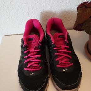 Nike Revolution 2 - brugte men i pæn stand. Indvendigemål 23,5 cm.  ▪️Sender gerne/køber betaler porto ▪️Returnerer ikke ▪️Køber betaler ts gebyr ▪️Afsender med dao